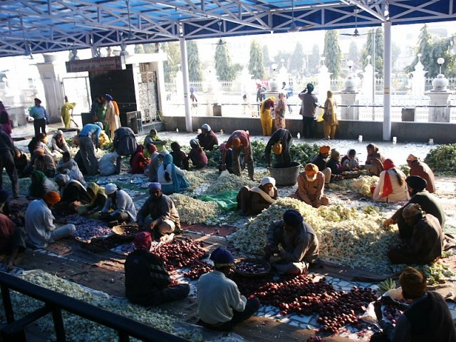 800px-A_group_of_volunteers_helping_with_daily_food_preparation_for_Langar_at_the_Golden_Temple